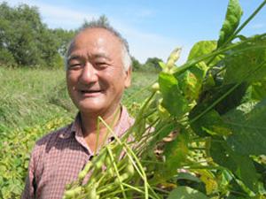 無肥料・自然栽培で黒大豆を栽培する秋場和弥さん