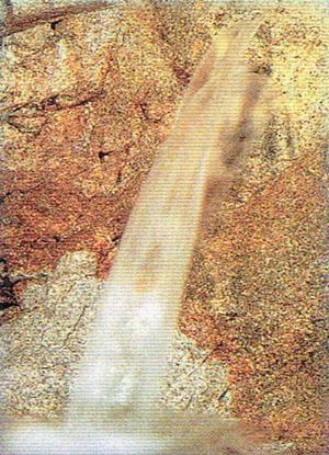 地下600mの花こう岩層から湧き出る源水