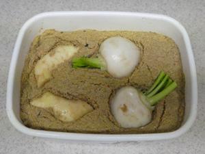 色々入れてみると面白い。野菜の複雑な味が出て、糠床が美味しく成長します。
