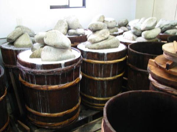 木樽で古式乳酸発酵法による熟成する沢庵漬け